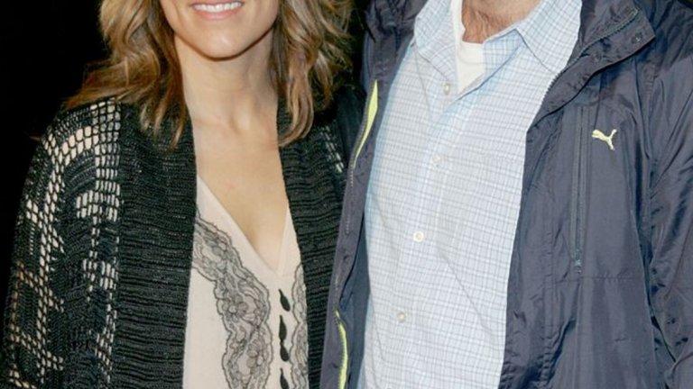 Брадли Купър и Дженифър Еспозито   Името на Брадли Купър винаги се е свързвало с красиви жени. Далеч преди Ирина Шейк актьорът е имал връзки с колежките си Зоуи Салдана, Рене Зелуегър и други. Аферата му с Дженифър Еспозито обаче дори стига до сватба. Двойката се познава от по-малко от година, когато през октомври 2006 г. сключва брак. Три месеца по-късно Купър и Еспозито признават пред себе си и пред света, че май са избързали с тази сериозна крачка и подават документи за развод.