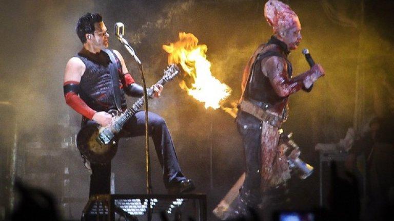 """Концерт на Rammstein в Самара, Русия  Култовата немска банда, за която в пълна сила важи поговорката """"Никой не е пророк в собствената си страна"""", защото в Германия на нея се гледа почти както на чалгата у нас, е свръхпопулярна по света и особено в Източна Европа. А в Русия те буквално са обожавани. Затова не е и чудно, че групата пя пред 692 000 души на открито в руския град Самара на 8 юни 2013-та..."""
