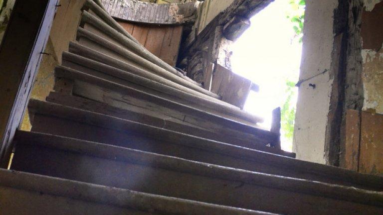 Вита дървена стълба отвежда към втория етаж на старото кметство. При всяка крачка стъпалата