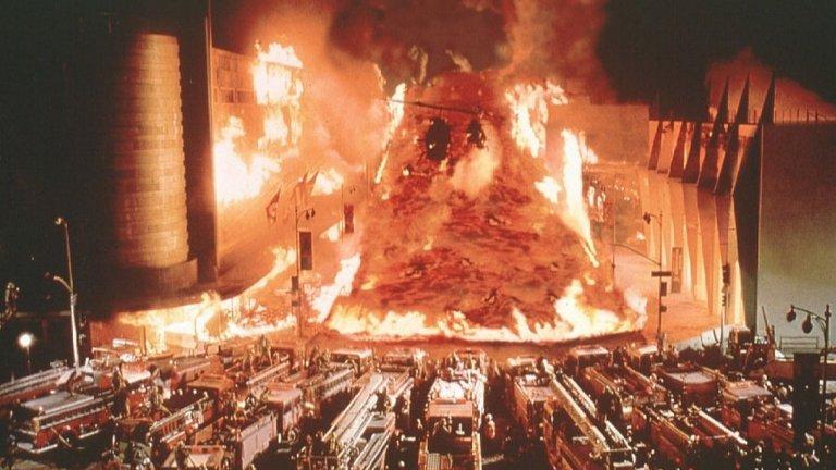 Volcano (Вулкан) / Dante's Peak (Върхът на Данте) (1997) - Или примерите за това как се хвърлят пари в огъня. Или по-скоро във вулкан, защото темата за съвременния Помпей стои в основата и на двата филма. Те ни разказват за опитите на група хора да оцелеят в момента, в който лава бликва от земните недра и тръгва по добре подредените ни улици, топейки всичко и всеки по пътя си.