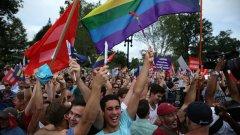 Еднополовите бракове бяха легализирани на цялата територия на САЩ, без изключение, от Върховния съд с 5 срещу 4 гласа на съдиите. На снимката: активисти се радват пред сградата на Върховния съд, Вашингтон, 26 юни, 2015 година