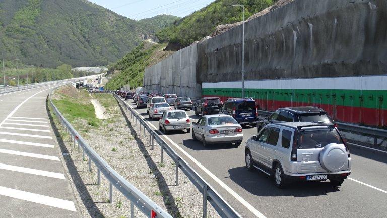 Над 400 000 автомобила ще се приберат в София днес