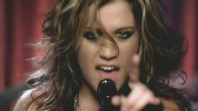 """6. """"Since U Been Gone"""" на Кели Кларксън е отхвърлена както от Пинк, така и от Хилъри Дъф  Помните ли Кели Кларксън? Тя и лешниковите й очи се радваха на стабилна популярност преди малко повече от десетилетие. За това спомогна и хитът """"Since U Be Gone"""", който има интересна история - отказван е не от една, а от две изпълнителки. Д-р Люк и Макс Мартин (отново) обединяват сили, за да създадат нов хит за Пинк. Когато тя отхвърля песента, те се обръщат към Хилъри Дъф. В крайна сметка продуцентът Клайв Дейвис ги убеждава да дадат песента на Кларксън. """"Since U Be Gone"""" е акцент в нейния албум """"Breakaway"""" и спомага много за популяризирането на младата певица."""