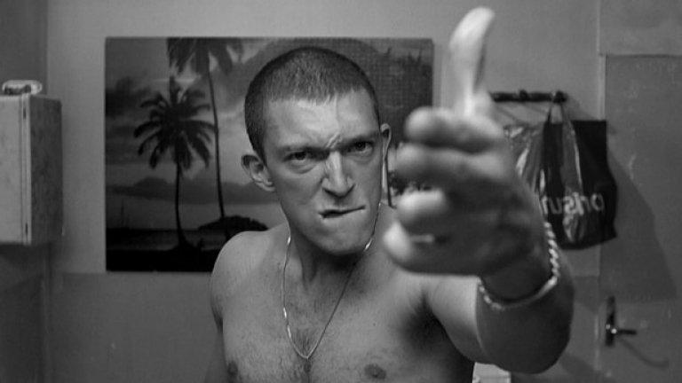 """Омраза / La Haine (1995)   """"Омраза"""" разказва един брутален ден от живота на трима приятели от френско предградие, търсещи начини да отмъстят за несправедливостите и полицейското насилие, с които се сблъскват. Това е филмът, който открива таланта на Касел."""