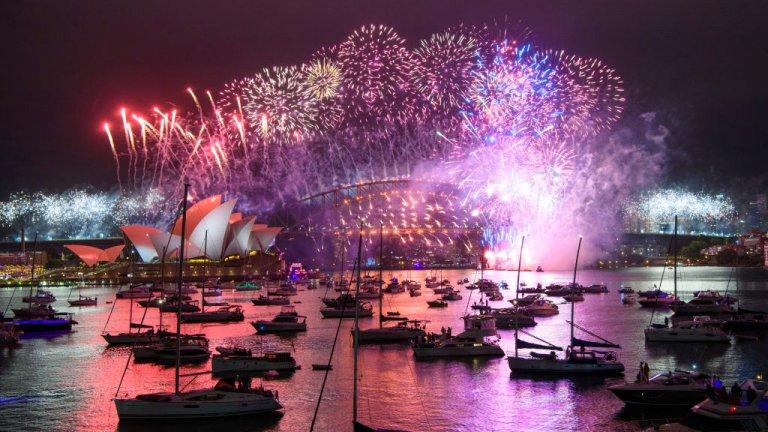 Сидни  В най-големия австралийски град - Сидни, новогодишната заря се състоя при почти пълна липса на публика след като в северната част на мегаполиса наскоро се появи ново огнище на зараза. Затова пък много хора избраха да видят зарята от лодките си в река Хоуксбъри.
