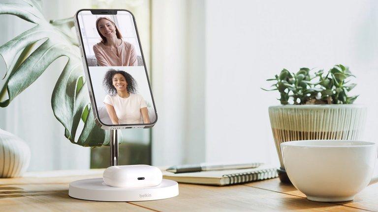 Belkin Boost ChargerДобрата новина е, че това е компактна и приятна на дизайн зарядна станция, която е разработена от Belkin, съвместно с MagSafe. Предлага безжично зареждане за слушалки в основата си и зареждане на смартфон в горната част. Лошата вест е, че за момента работи само с устройствата на Apple.