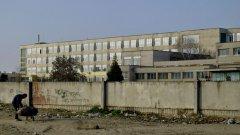 На снимката: ромското гето в Пазарджик, стена дели къщите от училището