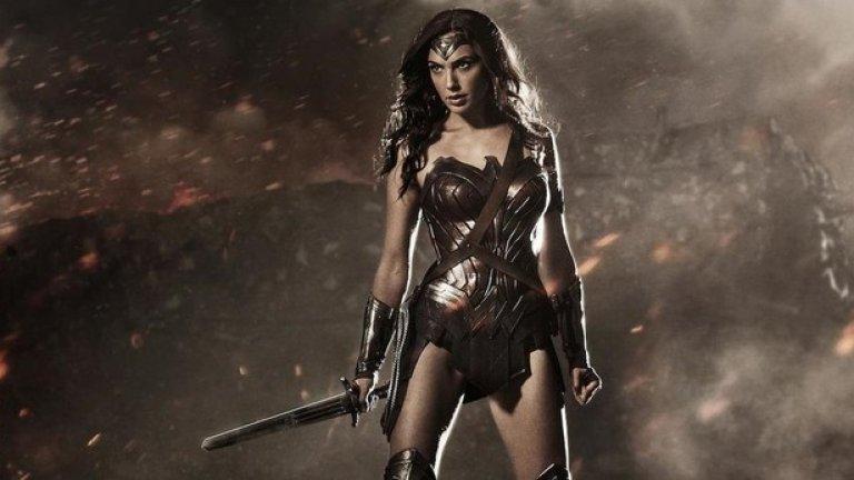 """""""Жената чудо"""" / Wonder Woman (2 юни)  След като Гал Гадот направи премиера във филма """"Батман срещу Супермен"""" като Жената чудо, сега получава възможност да блесне в самостоятелен екшън. Очаква се това да е първият епизод от нова епична трилогия за красивата амазонка. В кастинга на филма са включени още Робин Райт, Крис Пайн и Дани Хюстън."""