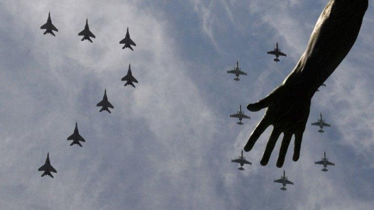 Над 100 самолета и хеликоптери летяха над Москва. Те изрисуваха руския флаг, а 70 тук означа 70-годишнината от влизането на Червената армия в Берлин
