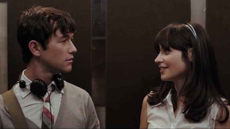 """""""500 Мига от любовта"""" ((500) Days of Summer) Филмът е поглед към спомените на главния герой Том (Джоузеф Гордън-Левит), който наскоро е бил зарязан от приятелката си Самър (Зоуи Дешанел). Във фантазията му те са изживели съвършената любов и сега той не може да си обясни защо тя е решила да го напусне. Спомените му са разхвърляни, объркани, но най-вече нереалистични, и повдигат въпроса дали романтиката е свързана с емоциите и истината, или е просто куп наложени шаблони. Разчупената и нехронологична сюжетна линия ни провокира да очакваме всичко от филма, но не и класическата романтична комедия."""