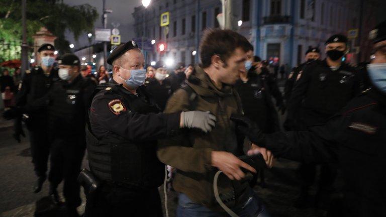 Полицията разби със сила няколко мирни живи вериги в Минск, международният натиск върху Лукашенко се засилва
