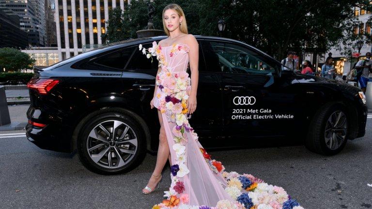 Лили РейнхартЕдна от по-шарените и атрактивни рокли беше на Рейнхарт, а дизайнерът е Christian Siriano.