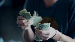 """Американската валута е навсякъде - дори терористичните групи използват долари. А все повече хора искат да се спасят от зависимостта си към """"зелените гущери""""."""