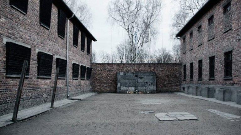 Черната стена, на която са били разстрелвани затворниците. На 28 октомври 1942 при масова екзекуция са убити едновременно 200 души.