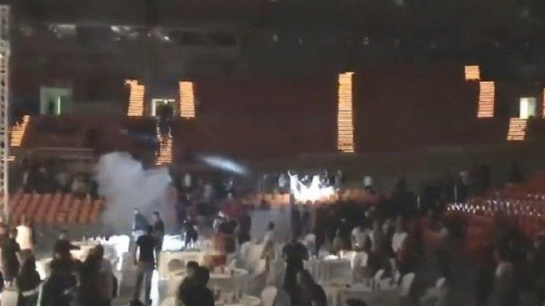 """През май гениални предприемачи бяха решили да организират боксов мач между двама ултраси от фракции на Локо Пловдив и ЦСКА. Събитието в пловдивската зала """"Колодрума"""" прерасна в масова бойна сцена, достойна за екшън с участието на Майкъл Дудикоф. Представителят на """"Лаута Арми"""" спечели мача по точки срещу опонента от """"Ред Енимълс"""", с което не бяха съгласни присъстващите """"червени"""" фенове, очевидно притежаващи експертиза в боксовото съдийство. Така се стигна до въргал с участието на около 200 човека, гърмяха бомбички, хвърчаха маси, столове и факли, а величествените сцени се пренесоха и извън залата. Това беше пореден епизод от враждата между тези две агитки."""