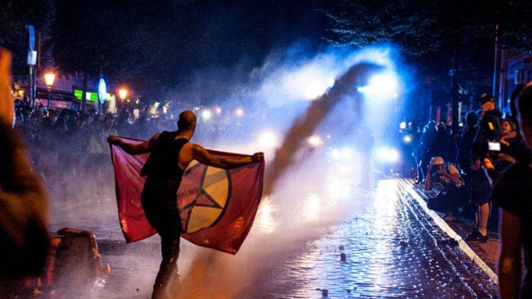 Протестиращите провокират полицаите и ги замерят с различни предмети