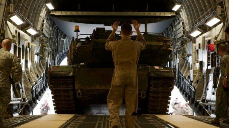 "Два танка ""M1A2 Abrams"" са били натоварени на военно-транспортен самолет С-17"
