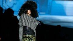 Като певицата Линда Пери, моделите носят огромни кожени шапки, палтата и роклите се спускат над панталони под коляното, а ботушите с катарами са украсени с кристали