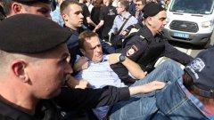 Навални беше задържан по време на протести в Москва