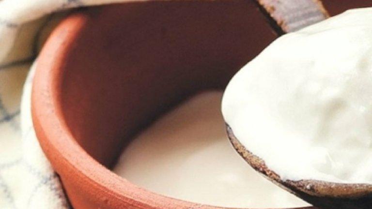 Кисело млякоТараторът вече го споменахме при краставиците, но и айрянът е много добро средство срещу горещините. Една купичка кисело мляко съдържа между 85 и 88% вода. Помага за възстановяването на загубените електролити - киселото мляко, но не това с нула процента масленост, е богато на потасий и на натрий.