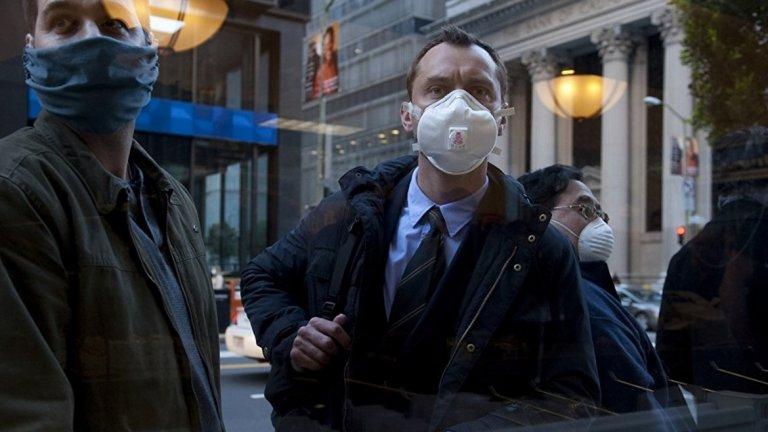 """Contagion / Заразяване (2011) - Грипните пандемии през последните години ни напомниха, че можем да бъдем заличени от лицето на Земята без дори да видим това, което ни убива. Опасен вирус стои в основата и на """"Заразяване"""" на режисьора Стивън Содърбърг. Дори идеята за масовото разпространение на една болест и паниката, която тя носи, да не ви грабва, то Марион Котияр е добра причина, за да изгледате филма веднъж."""