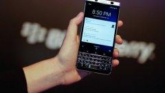 BlackBerry KeyOne  Само преди няколко месеца BlackBerry обявиха, че спират да произвеждат мобилни телефони. Новият KeyOne маркира завръщането на бранда, макар и през нов производител - китайската компания TCL. Устройството обаче притежава всички качества на известния бизнес-телефон, включително физическата клавиатура.