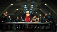 """Battlestar Galactica Безспорно едно от най-култовите имена в научната фантастика. Макар оригиналното шоу от края на 70-те да се превръща в провал заради огромната си цена на епизод, години по-късно Роналд Д. Мур възражда идеята за войната на човечеството срещу андроидите """"сайлони"""" в сериал, който завинаги ще остане в историята на научната фантастика. Десетилетия след сключването на примирието между хора и сайлони, 12-те колонии на Кобол продължават да съществуват сравнително мирно и да се разпростират из Космоса. В един момент обаче от нищото роботите атакуват с цялата си мощ, а човечеството е сведено само до шепа хора, успели да се измъкнат на старите мощни кораби от първите войни - бойните звезди. """"Галактика"""" е един от тези кораби, управляван от военния герой командир Уилям Адама. Той и станалата случайно президент Лора Розлин ще поведат останките от човечеството на борба срещу сайлоните и в търсене на ново място, където хората да заживеят. Междувременно обаче трябва да се справят и с още една заплаха - роботите са внедрили в редиците на хората свои тайни агенти, които по нищо не могат да бъдат отличени от човек. Освен """"Шест"""", разбира се... Тя продължава да е в сърцата ни."""