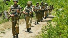 """За премиера на Пакистан Имран Кан отговорът е """"да"""". Той визира отмяната на автономния статут на щата Джаму и Кашмир и пращането на още повече индийски войници там. Кашмир е регион, който от десетилетия е повод за спорове между Индия и Пакистан като напрежението по темата ту утихва, ту се разпалва отново. (на снимката: индийски войници в Кашмир през 2002 г.)"""