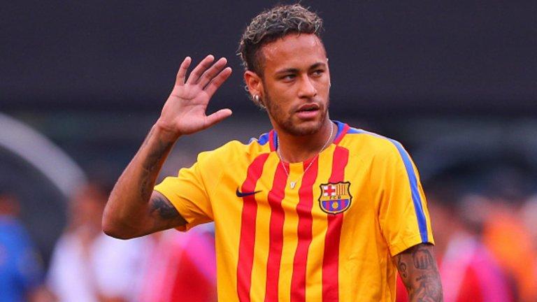 """Неймар Информациите за тоталната сума, която Барселона е платил за привличането на 21-годишния Неймар от Сантос през 2013 година варират от 19,3 милиона евро до 279,2 млн. евро. Но официалната цена е около 88 млн. евро. За четирите си години на """"Камп Ноу"""" бразилецът отбеляза 105 гола в 186 мача, спечели на два пъти титлата в Испания и веднъж Шампионската лига и, заедно с Лионел Меси и Луис Суарес, формира едно от най-зашеметителните триота в историята на футбола."""