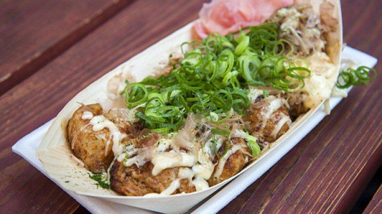"""Ако планирате посещение в Япония, оставете място в стомасите  за Takotaki. Американците наричат това ястие """"топки от октопод"""". И не са далеч от истината. Другата ключова съставка е тесто за палачинки"""