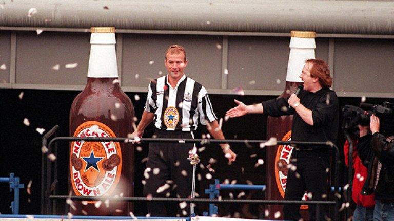 """Нюкасъл няма шампионска титла от 1927-а, а значим трофей от 1969-а, но феновете на """"свраките"""" не могат да се оплачат от липса на звезди през годините. През лятото на 1996-а запалянковците още тъгуваха по изпуснатата титла, но си оправиха настроението след привличането на Алън Шиърър за 15 млн. паунда от Блекбърн. Националът на Англия счупи тогавашния рекорд - 8.5 млн. лири, които Ливърпул бе платил на Нотингам за Стан Колимор. Хиляди приветстваха Шиърър в родния му град."""