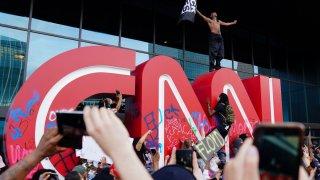 Убийството на тъмнокожия Джордж Флойд от полицай в Минеаполис отново разпали искрата на недоволството от подобни случаи. В много градове в САЩ започнаха протести. Кадри от тях ви предлагаме в галерията: Протест пред централата на CNN в Атланта, Джорджия.