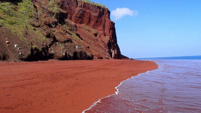 Червеният плаж на остров Рабида, част от Галапагоските острови