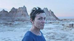 """Nomadland (""""Земя на номади"""") Metacritic:  96 Rotten Tomatoes: 96%   Историята на Фърн (Франсис Макдормънд), жена в 60-те си години, която губи всичко по време на икономическата криза 2007-2009 г. и се отдава на пътешествие със своя ван из американския Запад. Точно като един съвременен номад. Филмът на режисьорката Клои Жао вече спечели """"Златен лъв"""" на фестивала във Венеция, както и наградата на публиката на фестивала в Торонто. Броим го за 2020-а не само защото вече мина през редица фестивали, но и защото в някои държави ще се появи още преди края на годината. А за него ще слушаме все повече в идните месеци."""