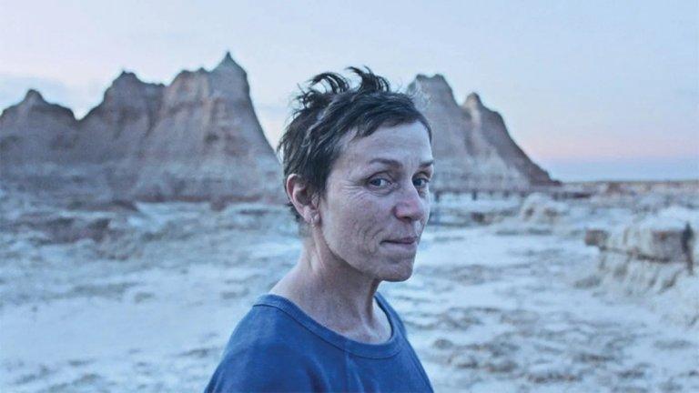 """""""Земя на номади"""" (Nomadland) Кога: 9 април Къде: в кината  Най-големият фаворит за """"Оскар"""" - както за най-добър филм, така и за режисура, се очаква масово в кината у нас през този месец. Франсис Макдорманд (""""Три билборда извън града"""") напуска родното си градче след смъртта на съпруга си, за да се превърне в жена без дом, обикаляща из Щатите. Този човешки разказ за онези, засегнати най-тежко от последната икономическа криза, вече си спечели похвалите на критиката и се сдоби с две награди """"Златен глобус"""", както и със """"Златен лъв"""" от фестивала във Венеция."""