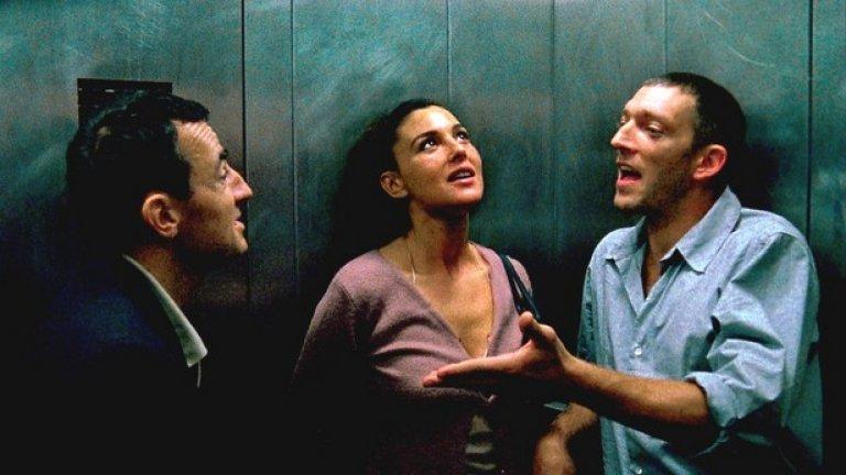 Необратимо / Irreversible (2002)   Венсан Касел и Албер Дюпонтел издирват виновника, брутално  изнасилил бременната им приятелка Алекс (Моника Белучи). Изключително тежък филм с твърде реалистични сцени на насилие и жестокости, заради които самият Касел се разплаква по време на прожекцията на фестивала в Кан.