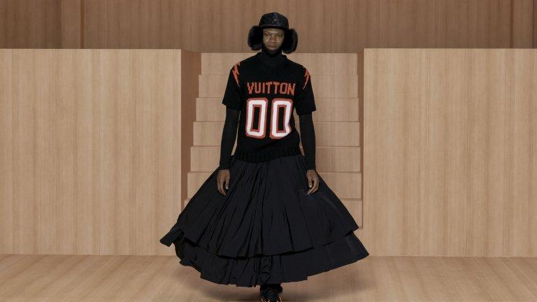 Роклите отдавна не са запазена марка само за жените и този вълнуващ модел на Louis Vuitton го доказва. Оранжевите обувки са комбинирани с оранжевия надпис на горната част на тоалета, напомняща уличен баскетбол в нюйоркските предградия, докато разкроената пола надолу прибавя щипка елегантност към тази чудесна визия.