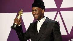 """Tъмнокожият мюсюлманин с трудно за запомняне име постепенно покорява Холивуд и вече има два """"Оскар""""-а. Но къде сте го гледали преди? Вижте в галерията ни:"""