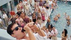 """Джордан Белфорт (Леонардо ДиКаприо) стои на тераса над огромен басейн, пълен със служители на неговата брокерска фирма """"Стратън Оукмънт"""", и ги надъхва с една от многото си мотивационни речи, които имат въздействието на поетични оди за алчността и себичността."""