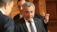"""Що се отнася до политическия елит, скандалът с изказването на Валери Симеонов от миналата година беше приключен на 16 ноември 2018 г. - денят, в който той си подаде оставката като вицепремиер. Това беше неговото наказание и """"поета политическа отговорност"""". Втора оставката за същото е малко вероятна."""