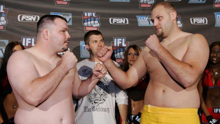 Травис Фултън (вляво) преди мач срещу Бен Ротуел (вдясно)