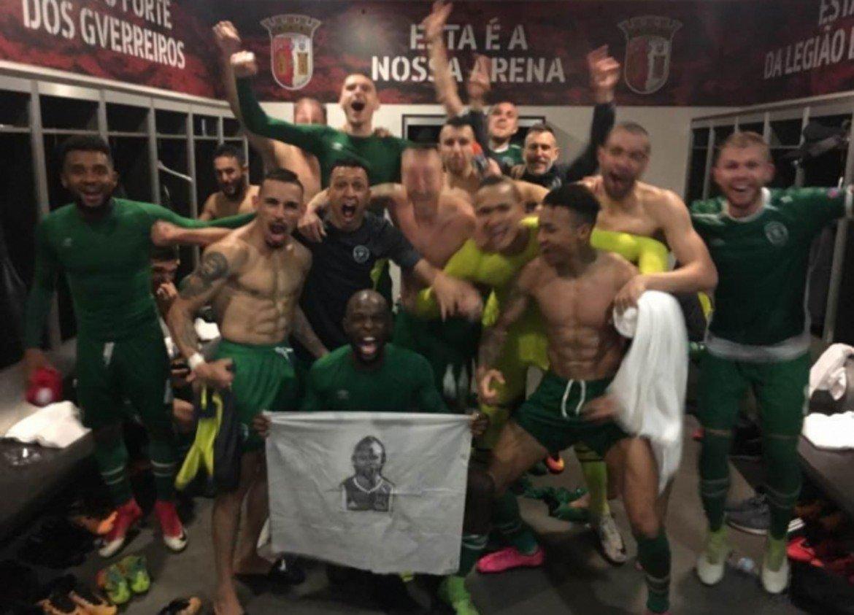 Лудогорец отново преодоля групи в Европа и направи рекорден трансфер  Лудогорец изпраща добра година, въпреки че не успя отново да се класира за групите на Шампионската лига, което беше най-голямата цел. Разградчани си осигуриха поредна титла на България и преодоляха много трудна група в Лига Европа, благодарение на което за трети път ще играят в евротурнирите и напролет. Лудогорец записа постижение и на трансферния пазар с продажбата на звездата Джонатан Кафу за 7 млн. евро. Бордо плати сумата и се пребори с останалите тимове, интересуващи се от бразилеца, а такава цена е  рекорд за футболист, излизащ от българското първенство.