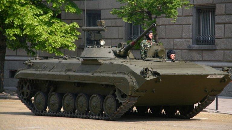 БМП-1 Бойната машина на пехотата БМП-1 е предназначена да превозва десант от осем войници и има екипаж от трима души. Може да се бори с противник със своето 73-mm оръдие, картечници и противотанкови управляеми ракети. Има маса от 13 тона.