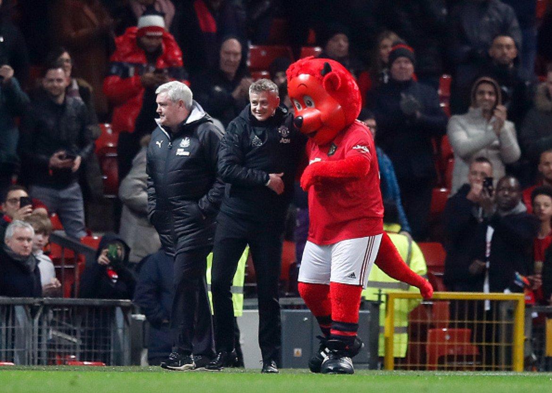 """2. Манчестър Юнайтед показа, че може да е безкомпромисен Юнайтед продължава да играе на приливи и отливи и след загубата от Уотфорд разгроми Нюкасъл с 4:1. Подобно непостоянство внася допълнителен заряд във всеки мач на """"червените дяволи"""", но Оле Гунар Солскяер няма да получи още много време, ако продължава в този дух. И все пак, срещу """"свраките"""" си проличаха няколко силни страни на """"дяволите"""". Всеки от нападателното трио Маркъс Рашфорд, Мейсън Грийнууд и Антони Марсиал успя да се разпише срещу Нюкасъл, като французинът наниза два. Рашфорд вече има 11 гола във Висшата лига от началото на сезона, което е повече, отколкото отбеляза във всичките си предишни кампании. Преди градското дерби със Сити на 7 януари за Купата на лигата, Юнайтед има мачове с Бърнли и Арсенал във Висшата лига и с Уулвърхемптън за ФА Къп. В тези три мача Солскяер трябва да стегне юздите, да постигне това постоянство и защо не да шокира още веднъж Пеп Гуардиола и тима му, както го направи по-рано през този месец? Вече видяхме, че """"гражданите"""" не са това страшилище, което бяха през изминалите няколко години."""
