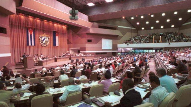Куба В Националната асамблея на народната власт на Острова на свободата жените са 53,4%. Макар изборът на депутати да е формален – за всяко място кандидатът е един, одобрен от Комитета за защита на революцията и в крайна сметка назначен от Кубинската комунистическа партия, резултатът едва ли е случайно в полза на жените.  А и те, типично за нежния пол, съвместяват няколко дейности едновременно. Парламентът на Куба заседава само няколко пъти годишно и приема безропотно законопроектите на Държавния съвет. Броят на депутатите е цели 609.