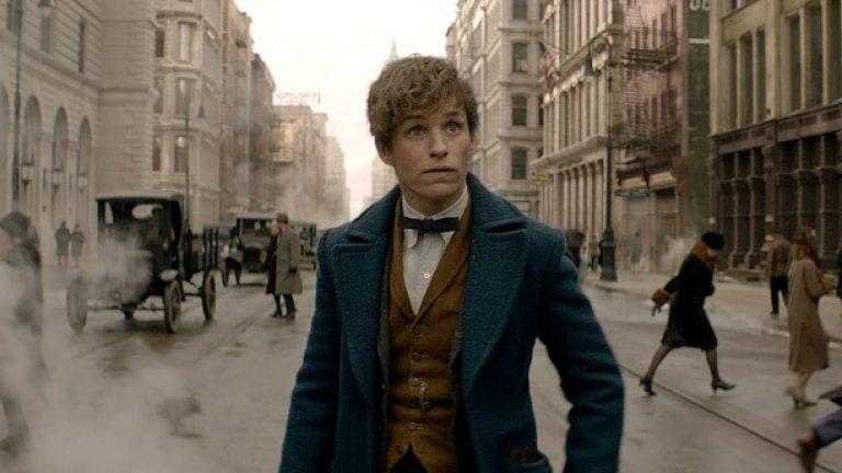 """Фантастични животни и къде да ги намерим  Премиера за България: 18 ноември  Историята на Хари Потър може и да приключи, но обитаваният от магьосника свят тепърва ще бъде разработван. Този филм по сценарий на Джоан Роулинг ще разкаже една съвсем отделна история, случила се 70 години преди началото на събитията в """"Хари Потър"""".   Главен герой е Нют Скамандър (Еди Редмейн), автор на един от учебниците в Хогуортс и член на тайна организация от вещици и магьосници. В Ню Йорк през 20-те той губи куфар, пълен с магически създания, и е принуден да ги преследва и залавя едно по едно – в нещо като чудесно допълнение към Pokemon Go манията."""