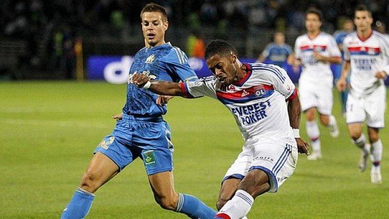 Бразилското крило Мишел Бастош бележи втория гол за победата на Олимпик (Лион) с 2:0