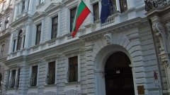 Посолството на България във Виена ми напомня точно защо реших да напусна страната - административен хаос, партийни послушковци, окупирали държавните институции и пълна апатия към благосъстоянието на нацията. Всичко това корелира и с промените в Изборния кодекс, на които ставаме свиделите напоследък.