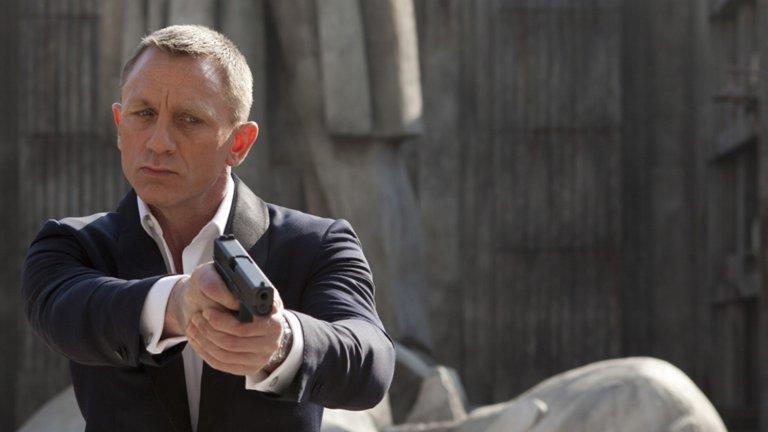 """Бонд. Джеймс Бонд.  Той е шпионин. Той е любовник. Има трикове и джаджи за всяко от тези свои поприща и се справя еднакво добре и на двата фронта. Играли са го редица актьори - някои сполучливо, други не чак толкова.   На разположение имате достатъчно време да изгледате всички 24 филма за агент 007. Не, че ги препоръчваме - в историята на персонажа има наистина абсурдни истории, които засрамват дори последните части на """"Бързи и яростни"""" (a тази поредица умишлено не е в списъка). Сред филмите за Бонд има обаче и доста развлекателни шпионски екшъни, а откакто Даниъл Крейг пое ролята с """"Казино Роял"""" нивото на сериозност е малко по-високо, а с това и качеството."""