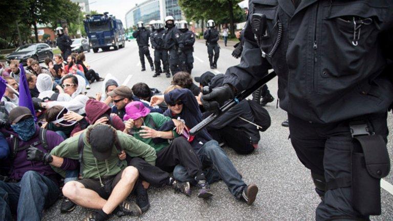 Някои демонстранти блокираха улици със седящи протести